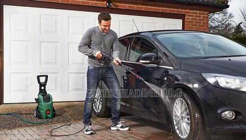 Máy phun rửa xe gia đình chính là thiết bị chăm sóc xe chuyên dụng
