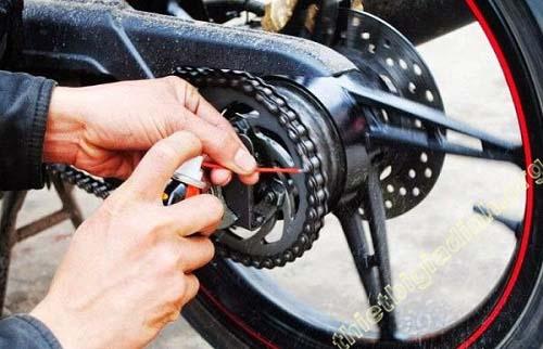 Bạn cần làm sạch sên và xích ở xe máy đúng quy trình