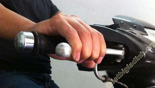 Phanh xe máy tay ga được điều khiển bằng tay