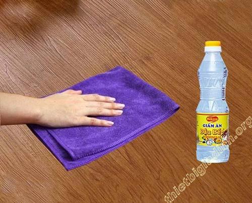 Giấm giúp bề mặt sàn gỗ tại gia đình bạn luôn sạch bóng