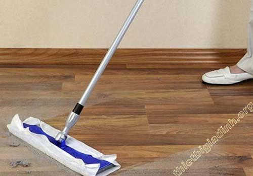 Lau sạch sàn trước khi tiến hành làm bóng sàn