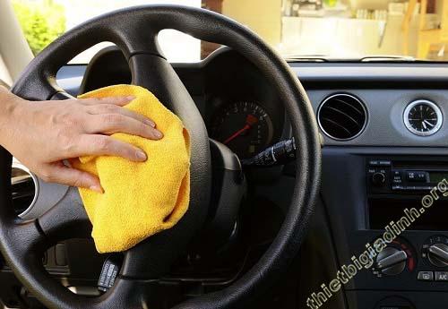 Vệ sinh nội thất xe ô tô bằng các dung dịch chuyên dụng