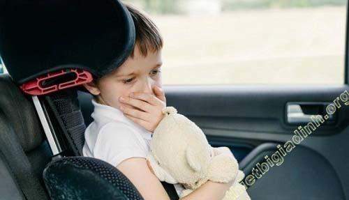 Thói quen ăn uống trong xe cũng là nguyên nhân gây mùi trong xe