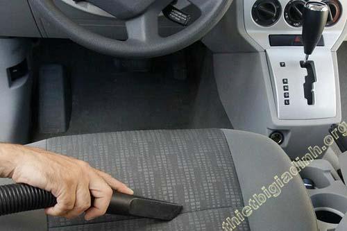 Hút bụi làm sạch xe