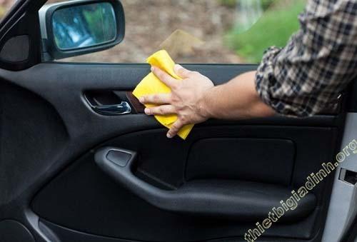 Vệ sinh, chăm sóc khung cửa và kính của xe