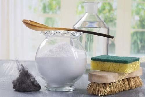 Dùng baking soda và giấm để làm sạch sàn hiệu quả