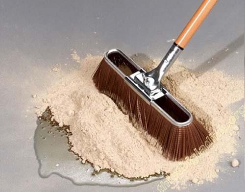 Tẩy sạch vết dầu mỡ trên nền gạch bông bằng bột mì hoặc bột gạo