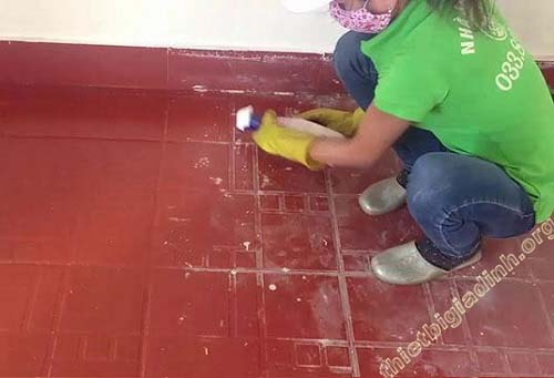 Xử lý vết sơn trên nền gạch đỏ bằng xăng