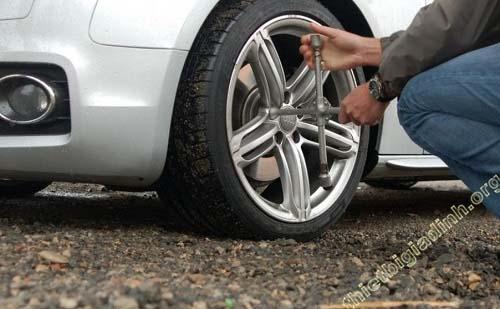 Nên trang bị bộ tháo lắp hoặc lốp dự phòng cho xe