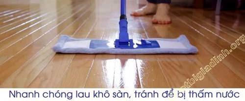 Lau khô sàn sau khi đánh bóng