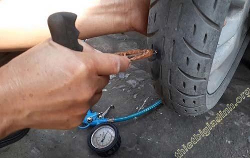 Cách xử lý xăm lốp bị thủng