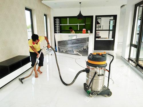 Máy hút bụi công nghiệp giúp người dùng thực hiện các công việc vệ sinh nhanh chóng