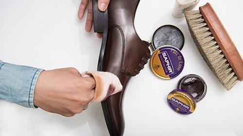 sử dụng bộ dụng cụ đánh giày gia đình để làm sạch giày da