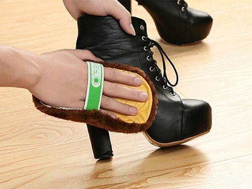Dùng vải mềm để làm bóng đôi giày sau khi đánh xong