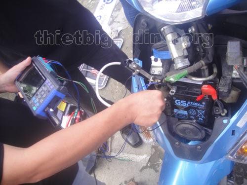Ắc quy khô xe máy có sạc được không